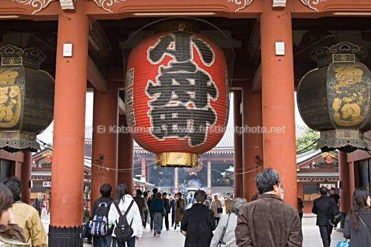 Giant paper lantern hangs below Hozo-mon Gate at Senso-ji (aka Asakusa Kannon Temple) in the Asakusa district of Tokyo, Japan